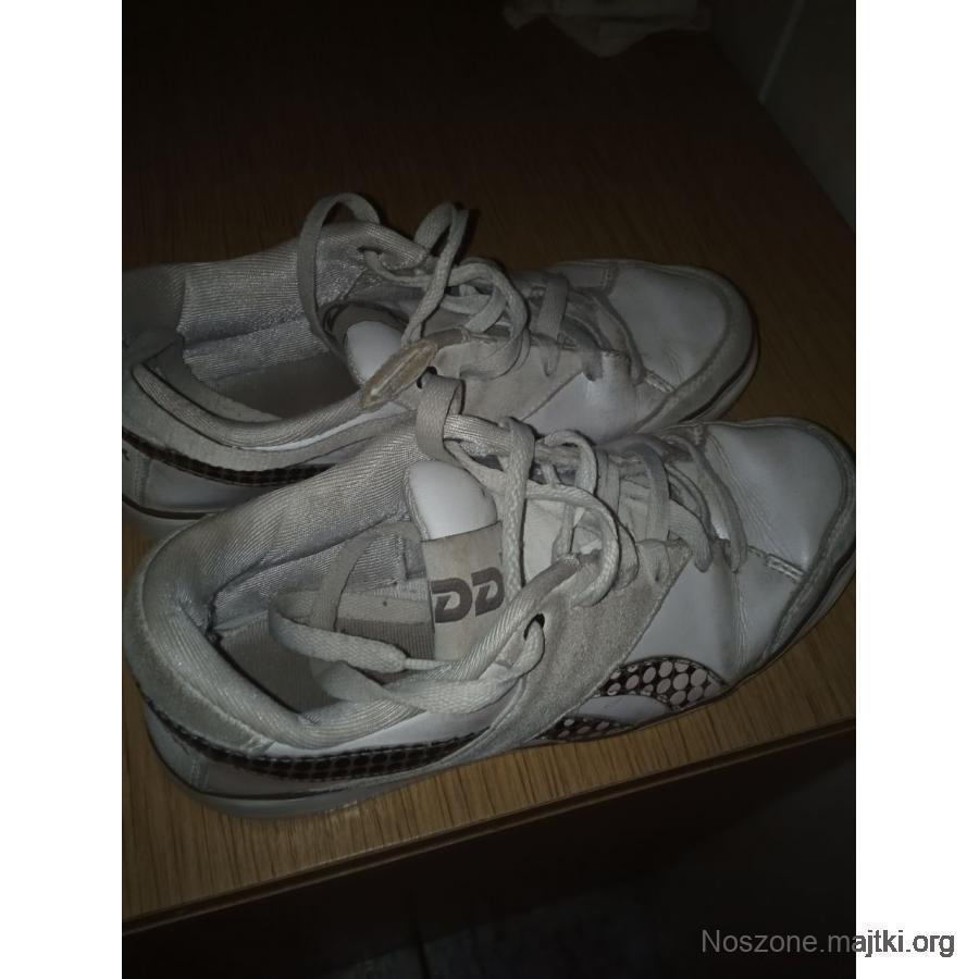 Przepocone buty sportowe